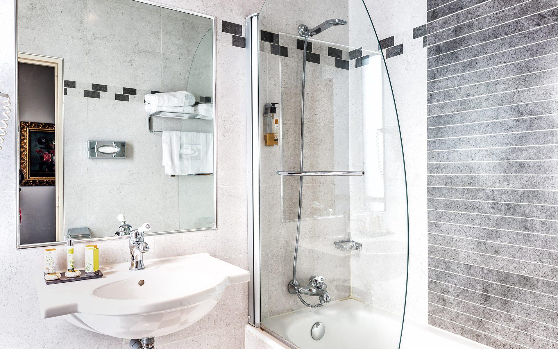 Hotel-Regence_Chambre302-sdb-5535-min